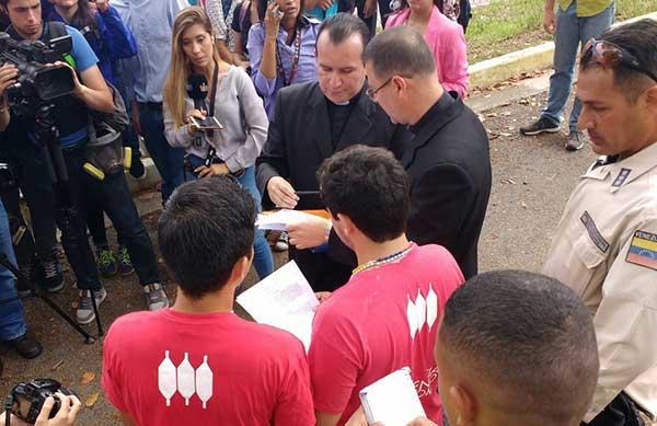 Estudiantes de la Ucab llegan a la Conferencia Episcopal   Foto: Twitter