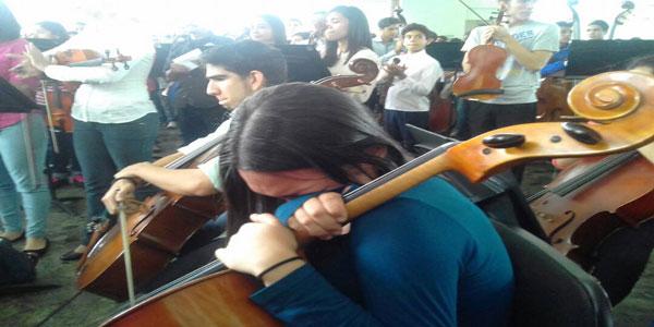 Jóvenes de la sinfónica tocan para Armando Cañizales y demás caídos (05/05/17)