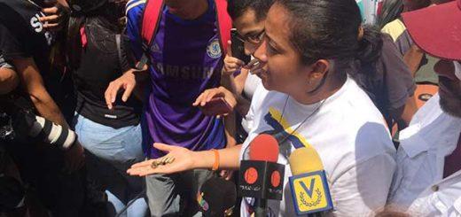 Gaby Arellano muestra los casquillos de las balas que dispararon los colectivos en La Candelaria (10May) | Foto: @gabyarellanoVE