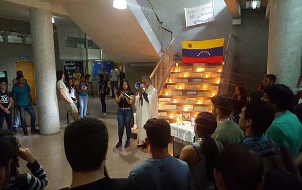 Estudiantes de la UCV rindieron homenaje a los jóvenes caídos | Foto: @albertojfc
