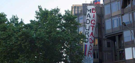 Pancartas en rechazo a Maduro adornan las calles de Barcelona en España | Foto: @LuzMelyReyes