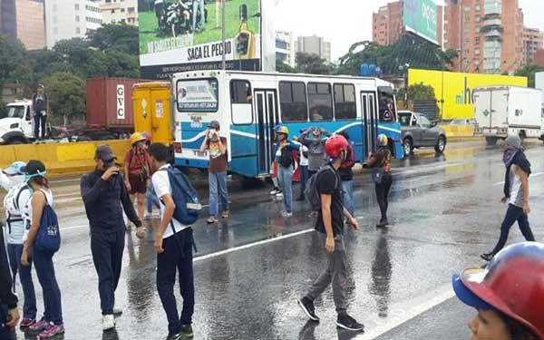 Manifestantes se concentran en la autopista Francisco Fajardo | Foto: Twitter