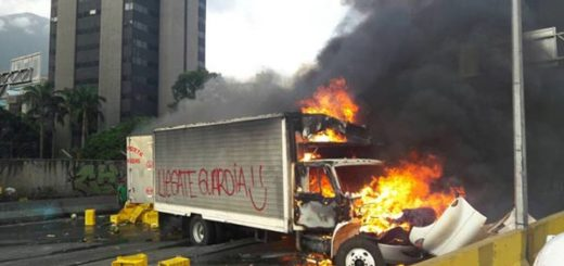 Manifestantes quemaron camiones en la Francisco Fajardo  Foto: La Patilla