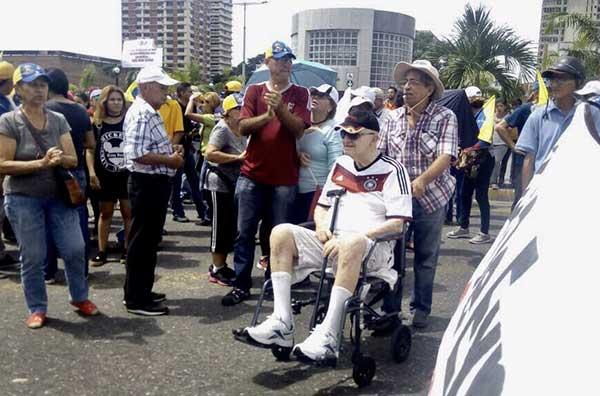 Abuelos también tomaron las calles de Carabobo por Venezuela #12May | Foto: @ENZOSCARANO