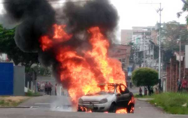 Incendiaron tres vehículos en Táchira durante represión de la GNB | Foto: @galindojorgemij