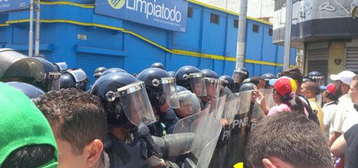 Policía arremete contra manifestación opositora en Puerto La Cruz   Foto: @jakyarazi