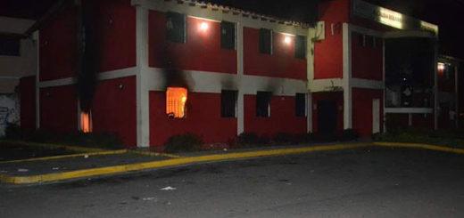 Quemaron sede de la Alcaldía de Santa Bárbara en el Zulia | Foto: @leoperiodista