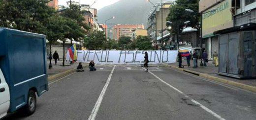 Jóvenes protestan en contra de Néstor Reverol en Chacao | Foto: @CarlosEscolar