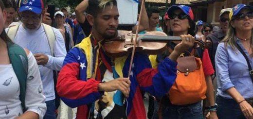 Joven violinista recibió nuevo instrumento donado por un odontólogo venezolano | Foto: Twitter