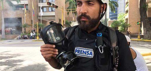 GNB lanzó bomba lacrimógena directo al rostro de un periodista | Foto: @sntpvenezuela