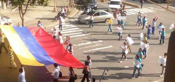 Docentes y representantes protestan en Santa Mónica contra la represión   Foto: @TomasGuanipa