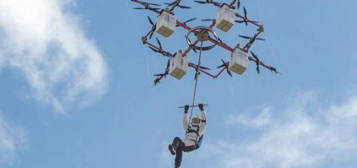 Imagen de Ingus Augstkalns, el paracaidista que protagonizó el primer salto desde un drone que lo elevó hasta 330 metros de altura | Foto: AFP