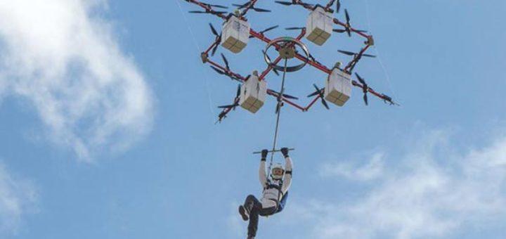 Imagen de Ingus Augstkalns, el paracaidista que protagonizó el primer salto desde un drone que lo elevó hasta 330 metros de altura   Foto: AFP