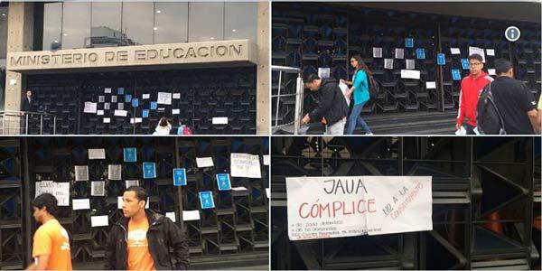 Movimiento estudiantil madrugó y dejó mensaje a Jaua en puertas del Ministerio   Fotos: Twitter
