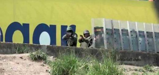 Periodista capta momento en que GNB dispara una metra contra su cámara | Captura de video