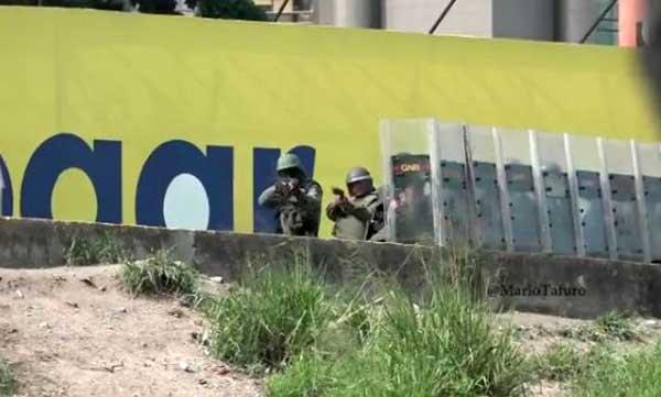 Periodista capta momento en que GNB dispara una metra contra su cámara   Captura de video