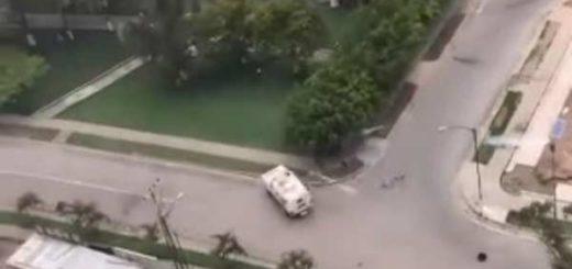 Tanquetas de la GNB persiguen a opositores este #17May  Captura de video