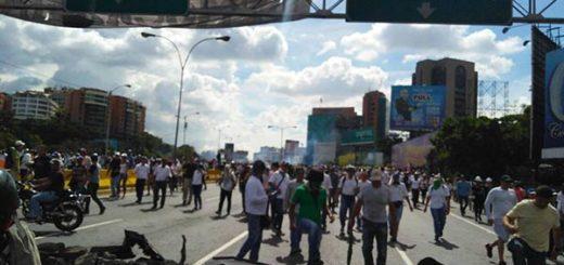 Opositores son dispersados tras represión en la autopista Francisco Fajardo | Foto: @EfectoCocuyo