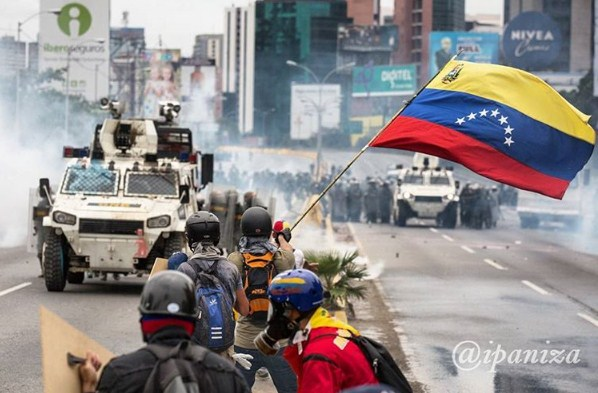Manifestantes opositores enfrentan la represión | Foto: Isaac Ipaniza