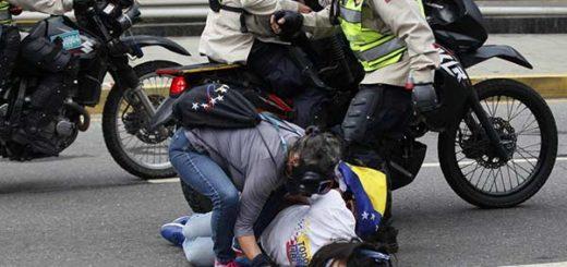 Efectivos de seguridad reprime a manifestantes |Foto: AFP