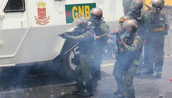 Efectivos de la GNB reprimiendo |Foto archivo