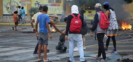 Derribaron e incendiaron estatua de Robert Serra en Anzoátegui |Foto: @AyPinga