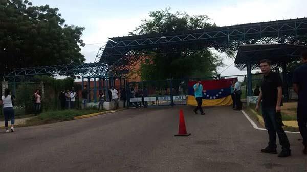 Estudiantes cerraron accesos a la Universidad del Zulia (LUZ) |Foto: Twitter