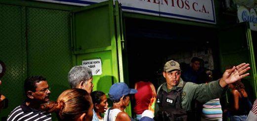 Soldado trata de poner orden en una cola para comprar comida (07/19/2016) | REUTERS/Carlos Garcia Rawlins