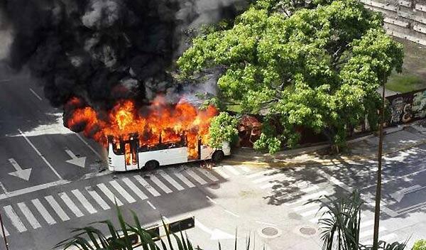 Incendio de autobús en Altamira   Foto: Twitter