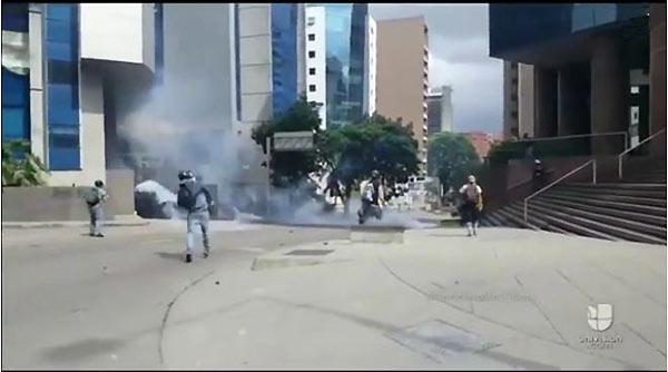 Camarógrafo es herido con bomba lacrimógema   Captura de video