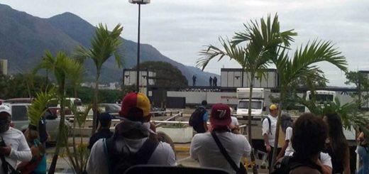 Opositores se resguardan de la represión en el CCCT | Foto: Twitter