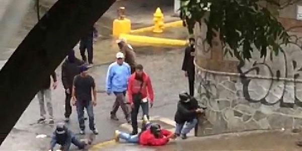 Colectivos disparan contra manifestantes en Caracas   Foto: Captura de video