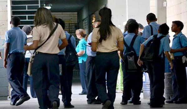 Jóvenes abandonan los estudios por la crisis | Foto: Referencial