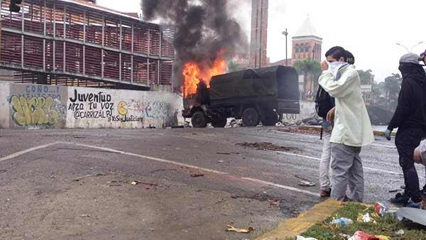 Convoy de la GNB quemado | Foto: Twitter