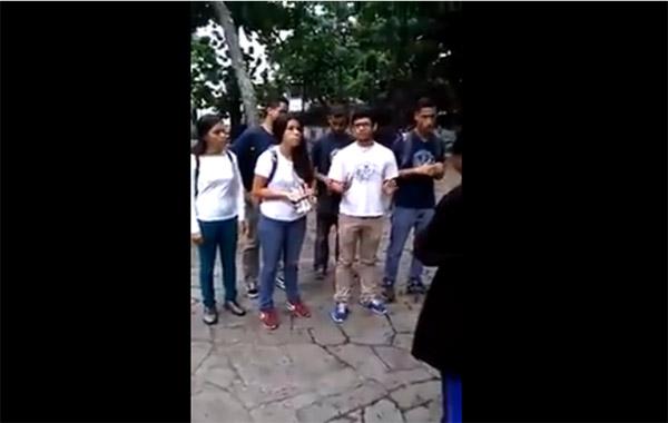 Estudiantes llegaron hasta la Defensoría e hicieron entrega del Premio a la cobardía a Tarek William Saab | Captura de video