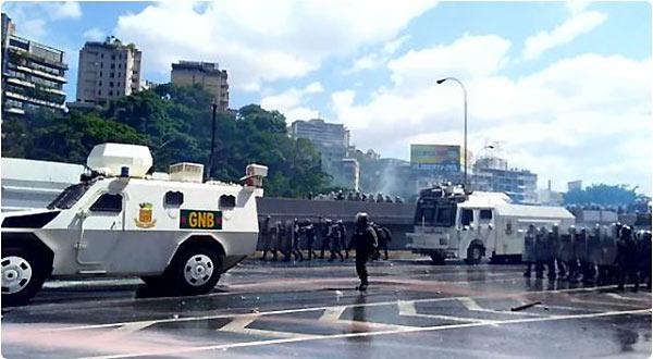 Represión en la Francisco Fajardo | Foto:  Twitter