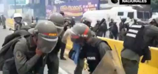 Efectivos de la GNB afectados por el gas lacrimógeno | Foto: Captura de video