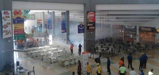 Lacrimógena en centro comercial de Barquisimeto | Foto: Twitter