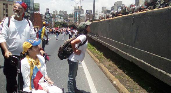 Mujeres opositoras se descargan con la GN   Foto: @unidadvenezuela