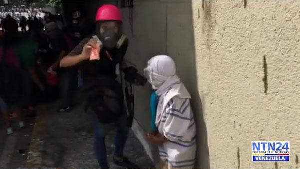 Periodista ofrece galleta a niño en situación de calle durante protesta | Captura de video