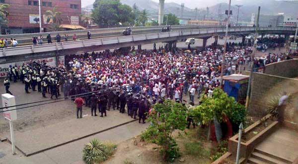 PNB impide paso a estudiantes | Foto: @pedroeliasfg