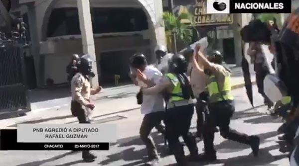 PNB agrede a diputado Ramón Guzmán |  Foto: Captura de video