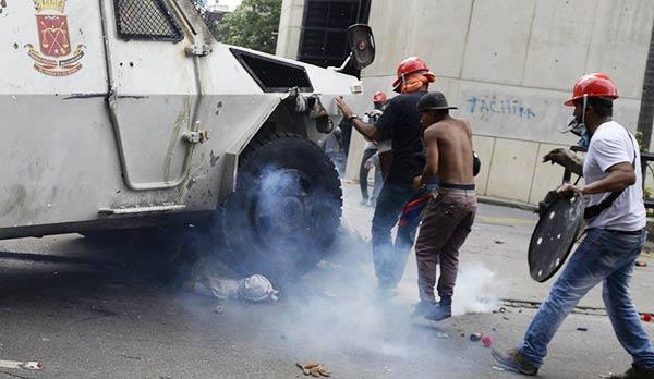 Joven arrollado por tanqueta de la GNB | Foto: AFP