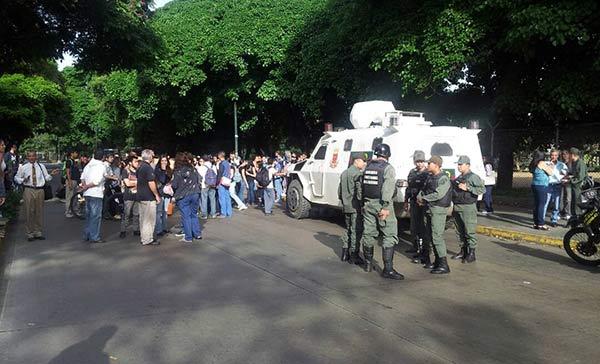 Tanqueta de la GNB choca contra vehículo en la UCV | Foto: @MovimientoUCV