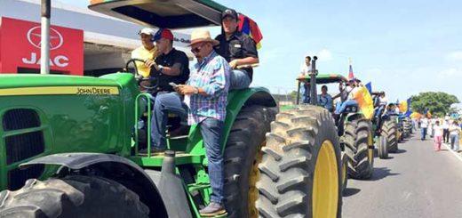 Conductores de tractores salen en protesta |Foto: Twitter