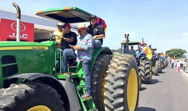 Conductores de tractores salen en protesta
