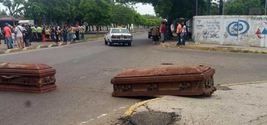 Cierran vía con tumbas profanadas | Foto: Twitter