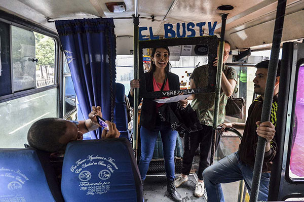 A bordo del autobús, un telenoticiero rompe con el cerco comunicacional | Foto: Maria Gabriela Fernandez . / AFP PHOTO / LUIS ROBAYO