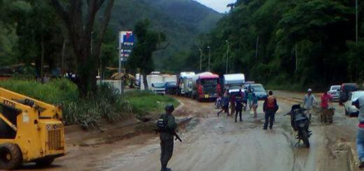 Derrumbe colapsó el tránsito en la Autopista Regional del Centro   Foto: @galindojorgemij