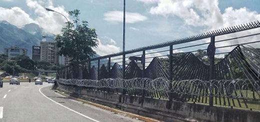 Con alambre de púas reforzaron cerca de La Carlota   Foto: Christian Veron